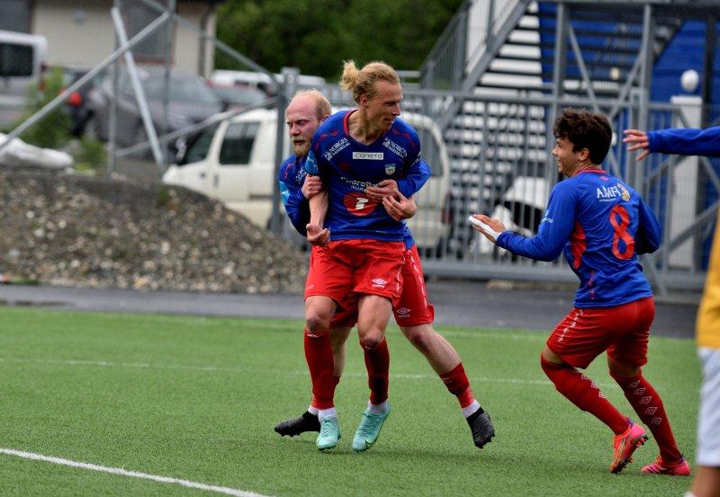 Lars Henrik feirer mål