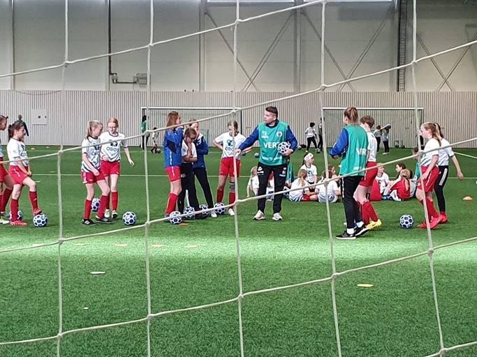 TUILs damelag med solid gjennomført fotballskole med 70 unger i nyhallen!
